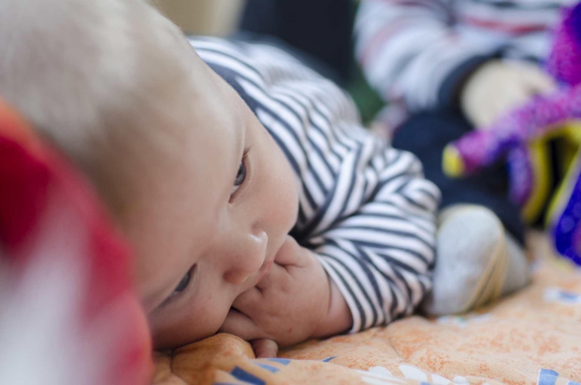 Péče kojeneckých ústavů je drahá a dětem škodí