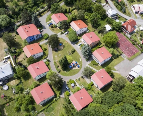 SOS dětská vesnička ve Chvalčově je stavěna do tvaru podkovy - ta prý přináší štěstí.