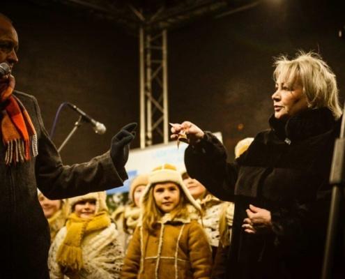 Zazvonením na zvoneček rozsvítila první dáma Ivana Zemanová vánoční strom.