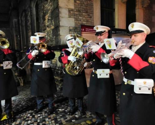 Vánoční koledy zahrála hudba hradní stráže.