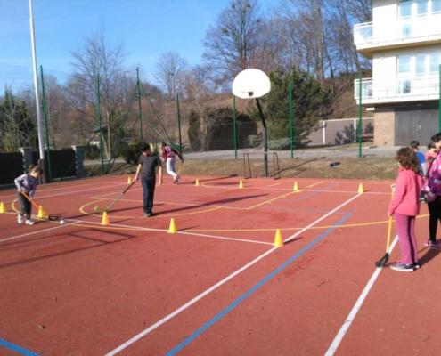 Součástí jarní přípravy je i nácvik florbalových dovedností.