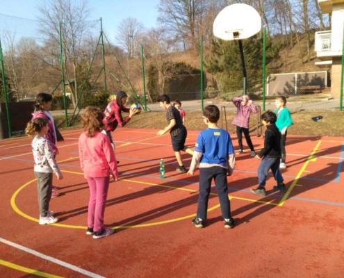 Ti zkušenější ukazují mladším kouzla s basketbalovým míčem.